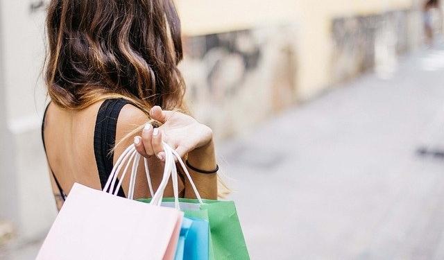 Donna che fa shopping in negozio | AZfranchising.com